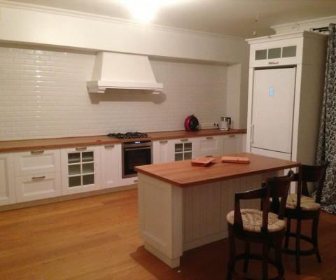 Угловая современная, просторная кухня