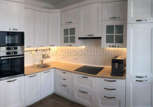 Практичная и красивая кухня в белом цвете