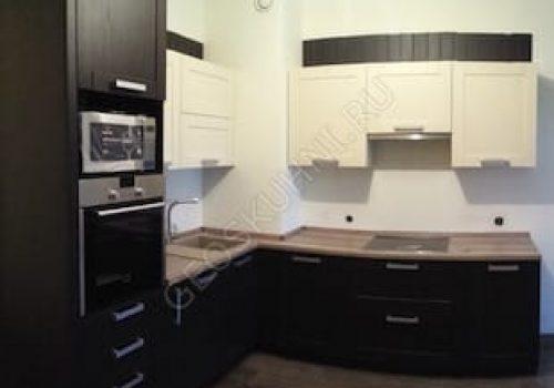 Фото угловой кухни с вентиляционным коробом