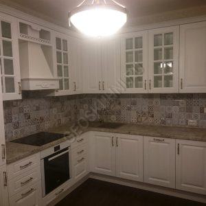 Фото угловой кухни в белом цвете
